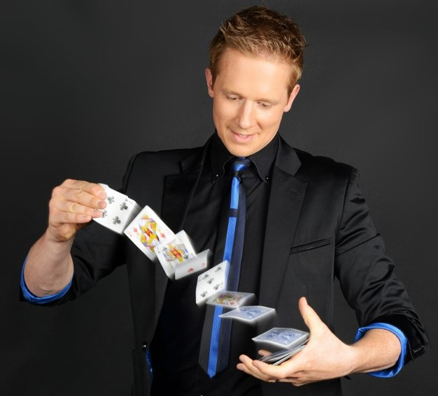 Close up Magicians for wedding drinks receptions