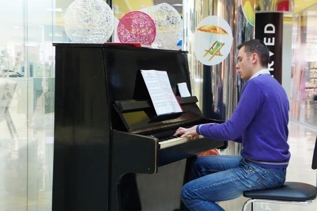 mykhailo-shmatiuk-pianist-keyboardist-dubai