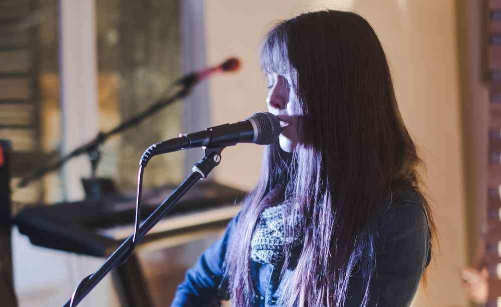 Maia Falls - Singer Songwriter
