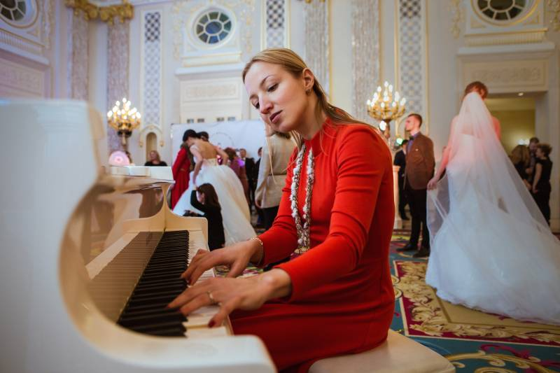 pianist playing at a wedding