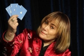 Mandy Davis - Diva of Deception - Close-up Magician South East