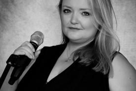 Viki Philp - The Ultimate Hairbrush Diva - Female Singer Stoke Fleming, South West