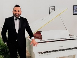 Piano singer entertainer/ 5 pieces band pop rock - Pianist / Keyboardist - Romania