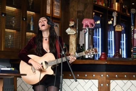 Mary Singer - Guitar Singer