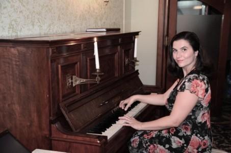 Mira - Pianist / Singer