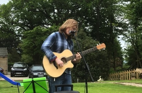 Damien Kelly - Acoustic Guitarist / Vocalist