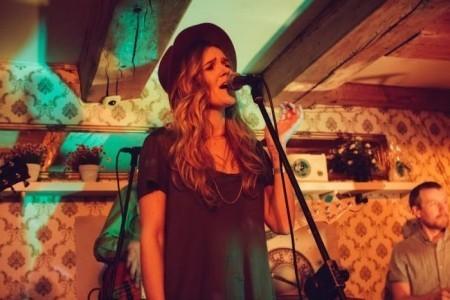 Ana Bagrade - Female Singer