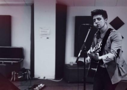 Chris Ashton - Guitar Singer