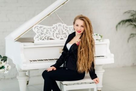 Elena - Pianist / Keyboardist