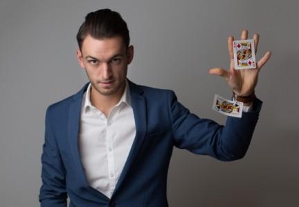 Max Allan | Corporate and Wedding Magician - Close-up Magician