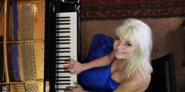 Marta Lledo - Pianist / Keyboardist