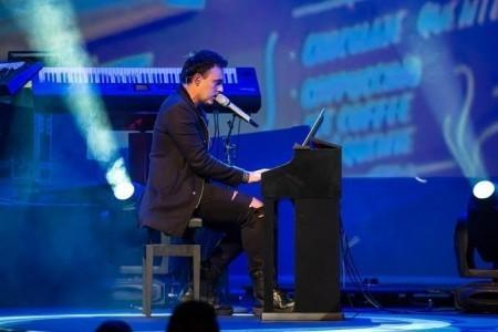 Professional singer/ broadway/rock Alirio Netto - Male Singer