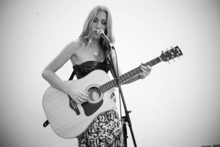 Gloria Signoria - Female Singer