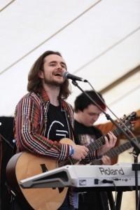 Gordon Robertson - Vocalist & Musician - Guitar Singer