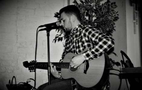 Mike Brew - Acoustic Guitarist / Vocalist
