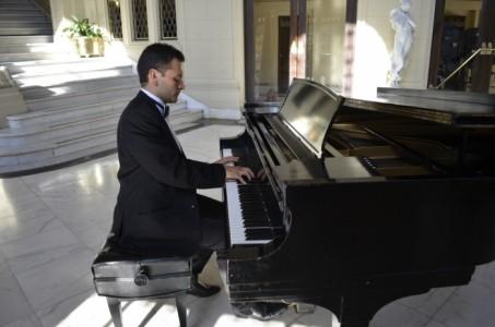 Rodrigo Quinteros - Pianist / Singer